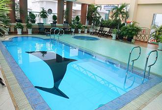 Điều chỉnh mực nước bể bơi.